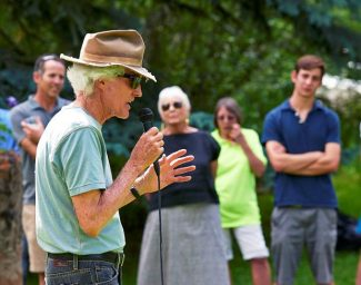 Barbara Koval, center, looks on as former Aspen mayor Bill Stirling shares a story about Michael Solheim during a memorial service Tuesday afternoon in Glory Hole Park.