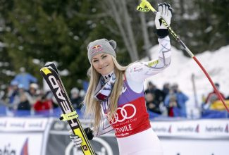 Lindsey Vonn says she will return to racing this weekend. She broke her arm during training in November.