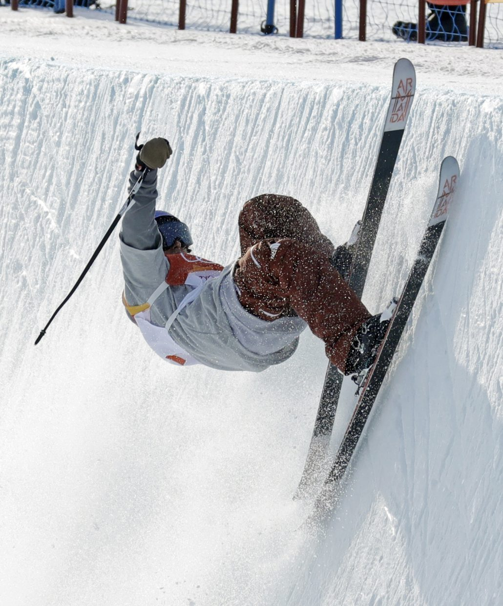 TorinYater-Wallace, of the United States, crashes during the men's halfpipe qualifying at Phoenix Snow Park at the 2018 Winter Olympics in Pyeongchang, South Korea, Tuesday, Feb. 20, 2018. (AP Photo/Kin Cheung)