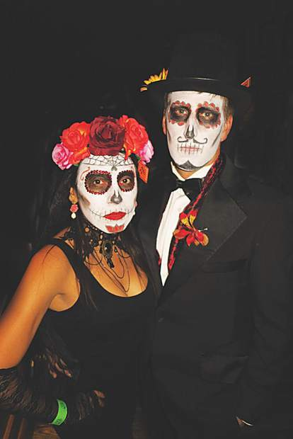 A sugar skull couple celebrating el Dia de los Muertos.