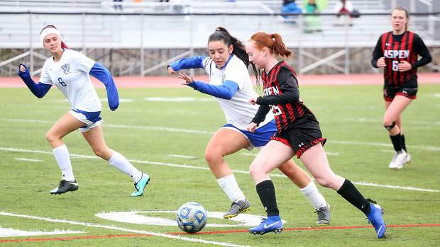 Aspen High School's Kelley Francis goes on the attack in the girls soccer game against Englewood on Wednesday, May 8, 2019, on the AHS turf. (Photo by Austin Colbert/The Aspen Times)