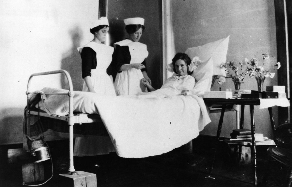 A patient with two nurses in Aspen, 1913.
