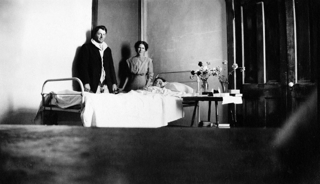 Ben Vagneur and Alice Bourg visiting a woman identified as Lottie at Citizen's Hospital, 1914.