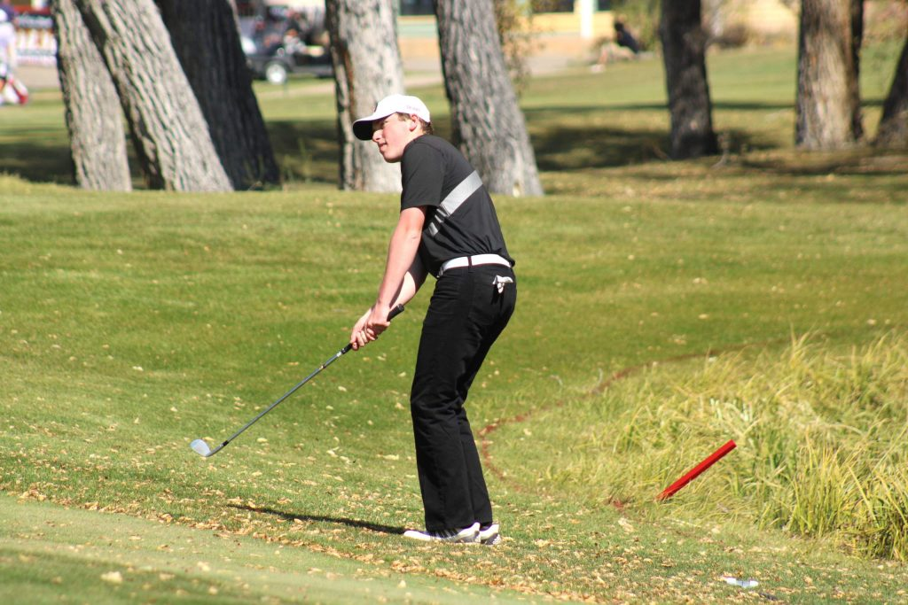 Aspen High School senior Jake Doyle chips onto the 7th green during the first round of the Class 3A state golf tournament on Monday, Oct. 5, 2020, at Dos Rios Golf Club in Gunnison. (Photo by Dan Mohrmann/CHSAANow.com)